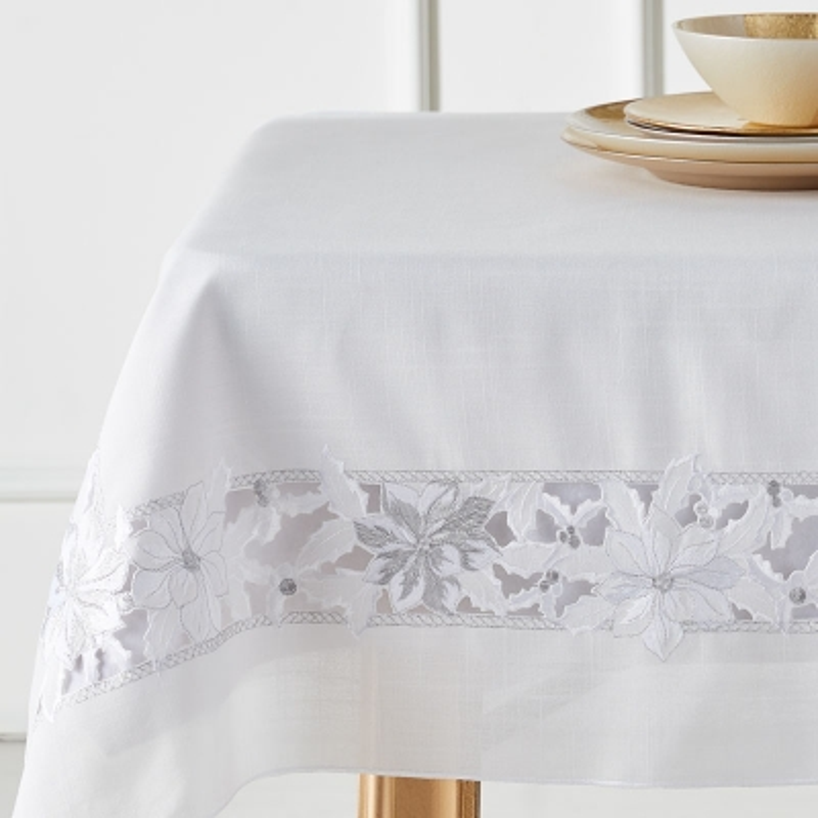 "Haus Mantel Rectangular Poinsettia Blanco 67"" x 67"""